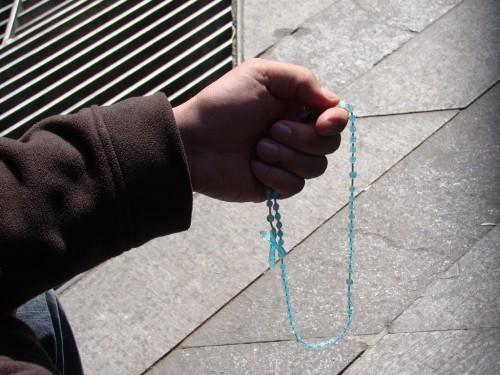 orando con un rosario