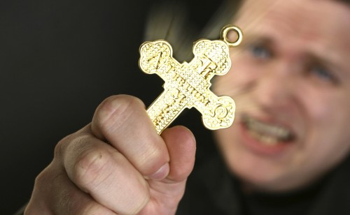 exorcista-mostrando-una-cruz