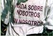 Camiseta con la leyenda: Nada sobre nosotros sin nosotros [Clic para ampliar la imagen]