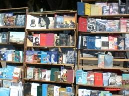 Ein typischer Bücherstand in Havanna.