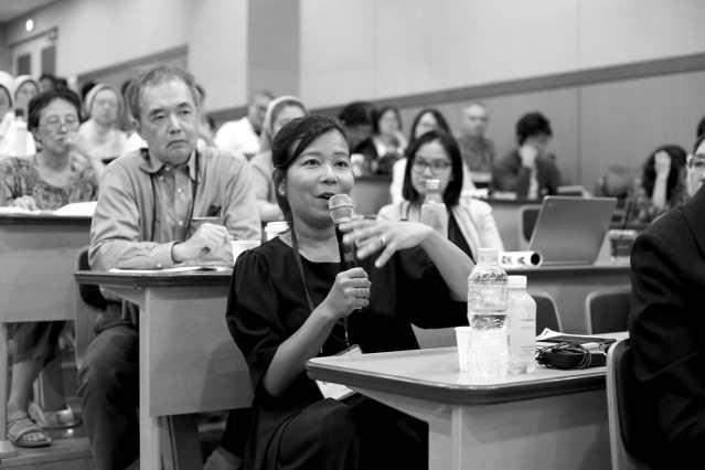 Posing a question is Khin Mai Aung, Burmese American civil rights lawyer and Free Rohingya Coalition USA coordinator. Photo: Lee Yu Kyung · @leeyukyung