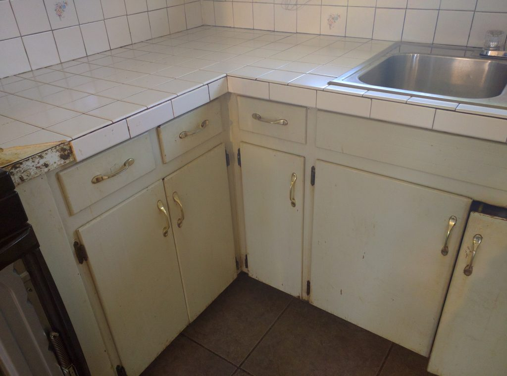 ugly kitchen cabinets before kitchen renovation // via fortheindoorsy.com