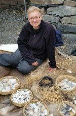 Julia lot barna få lage amuletter av skjell med bastsnorer / Shell amulets with cords