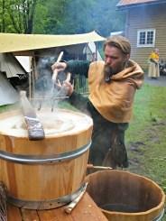 Olav brygget to runder med koksteinsøl i løpet av markedet / Olav brewing beer with heated stones