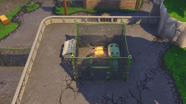柵に囲まれた貯水ポンプの横にある宝箱