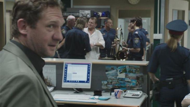 Andreas Bergfeld (Johannes Zeiler) verschafft sich einen Überblick über seine neuen Mitarbeiter. Foto: CopStories DVD, Gebhard Productions