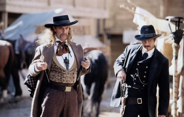 Dass Bullock (rechts, Timothy Olyphant) genau so schnell schießt wie Wild Bill ( Keith Carradine) wird ihm später den Stern des Sheriffs einbrocken. Foto: HBO