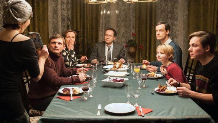 Das letzte Abendmahl der Kupfers birgt viele Überraschungen. Bild: ARD/Julia Terjung