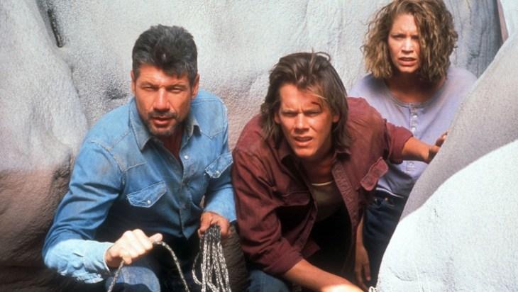 """Bald geht's wieder gegen die Riesenwürmer: Kevin Bacon (M.) & Co. in """"Tremors"""" (1990); Foto: Universal Pictures"""