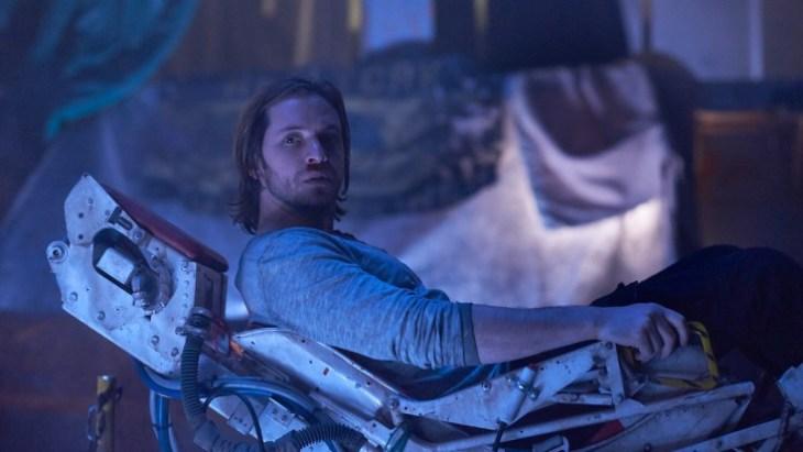 Cole (Aaron Stanford) wird kreuz und quer durch die Zeit geschickt. Foto: SyFy