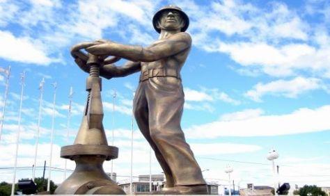 GOROSITO. Monumento en homenaje al trabajador del petróleo en Santa Cruz. (FOTO:DYN).