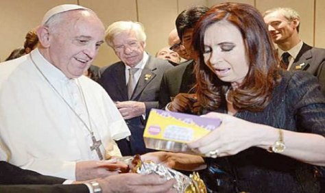 REGALO PAPAL. Los zapatitos que le regaló a CFK para su nieto no pueden entrar al país.
