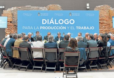 MESA REDONDA. Empresarios, funcionarios y sindicalistas compartieron el miércoles la primera reunión de diálogo. Habría otras en noviembre y diciembre. Foto: Presidencia.