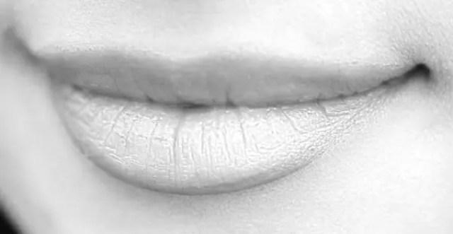 唇に縦皺(歓待紋)がある人の性格や特徴が分かる8の人相占い