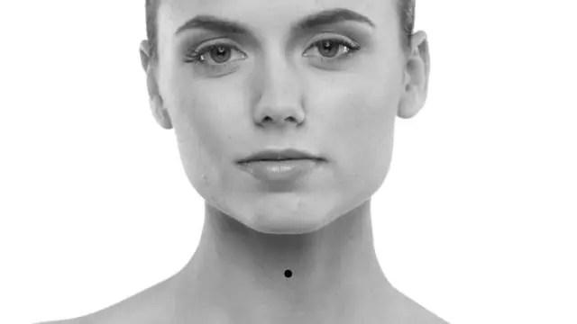 女性の顔 首の中心のほくろ