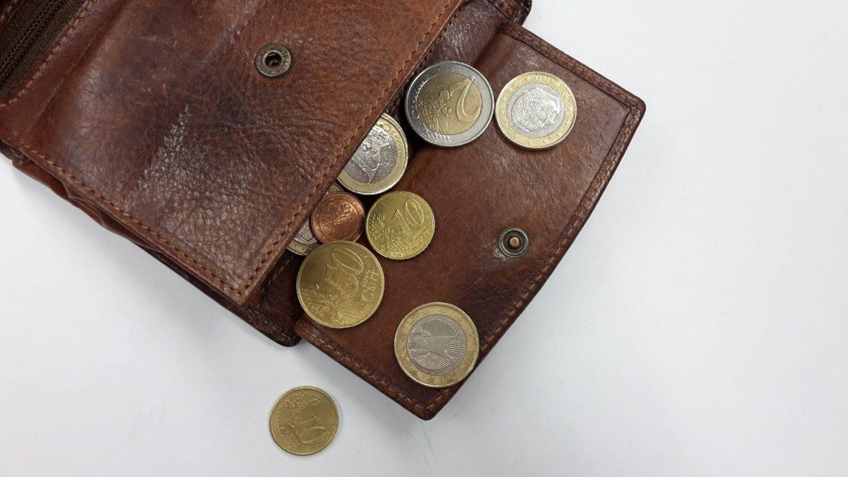 Portemonnaie mit ein paar Münzen