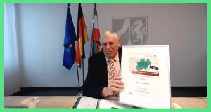 Minister Laumann mit Urkunde