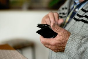 Illustartion eines älteren Mannes mit Smartphone in der Hand