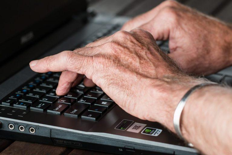 Ältere Hände beim Tippen