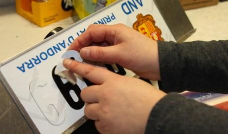 Una persona preparant una matrícula