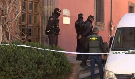Policia i Guàrdia Civil en l'escorcoll de l'Ajuntament de la Seu d'Urgell