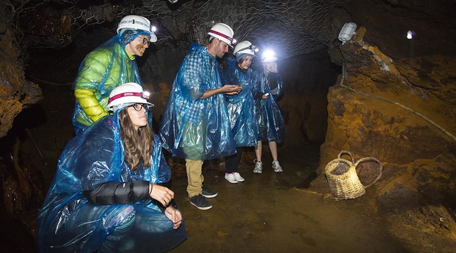 Uns visitants a la mina de Llorts