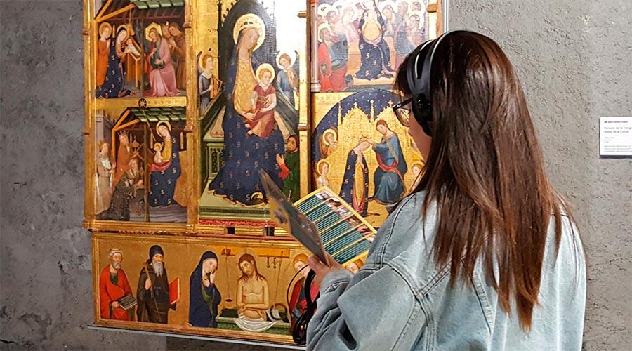 Una persona visitant el Museu diocesà