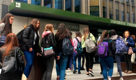 Estudiants a la porta de la Universitat d'Andorra