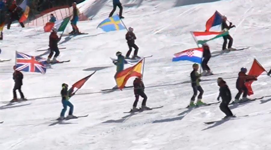 Esquiadors amb banderes de diferents països