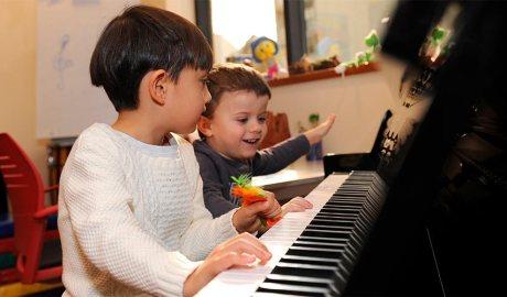 Nens tocant el piano