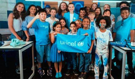 Un grup d'infants amb samarretes i banderes d'Unicef