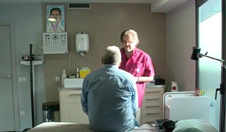 Un doctor atenent un pacient
