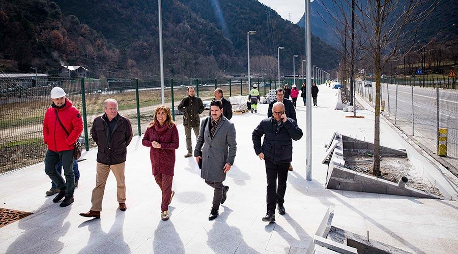 Conxita Marsol amb representants del comú i dels propietaris de la zona visita la remodelació de l'avinguda d'Enclar
