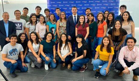 Gallardo amb estudiants de la Universitat del Pacífico, del Perú