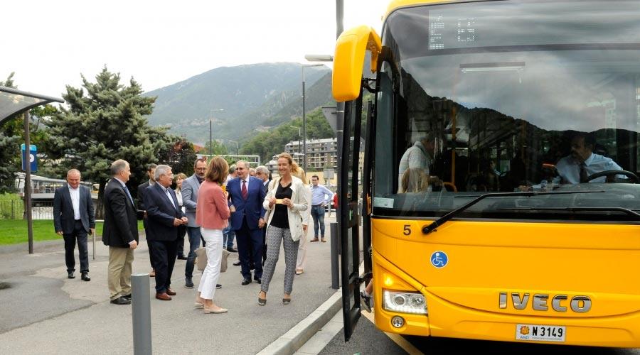 Membres del Govern a punt de pujar a un autobús