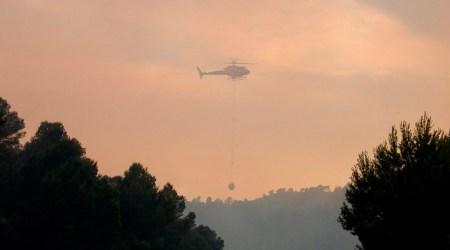 Un helicòpter sobrevola l'incendi de Maials, el 22 de juny de 2019 - ACN