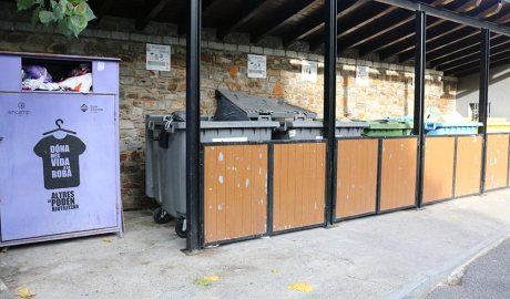 Un contenidor de roba en una minideixalleria d'Encamp