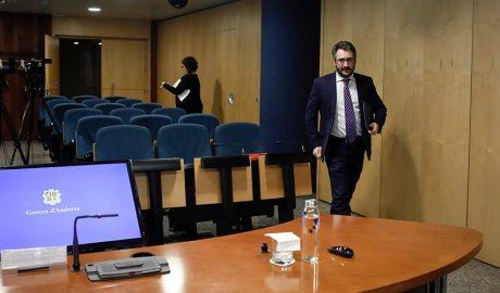 Eric Jover es dirigeix a la taula de la sala de premsa per realitzar la compareixença