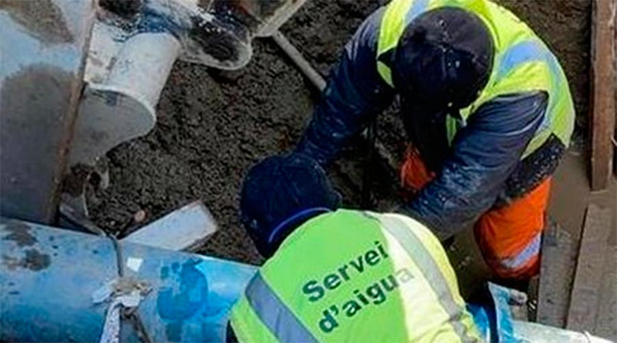 Operaris del Comú d'Encamp treballen en la reparació d'una fuita d'aigua
