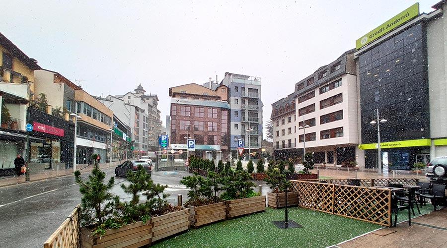 A la plaça Rebés s'hi troben tres bancs
