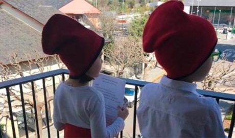 Uns nens canten caramelles des del balcó