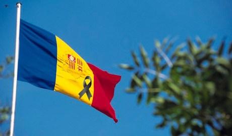 Bandera amb crespó negre