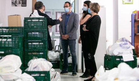 Víctor Filloy visita el banc d'aliments de Càritas durant la crisi de la Covid19