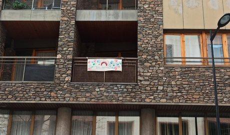 Un dibuix penjat en un balcó durant el confinament