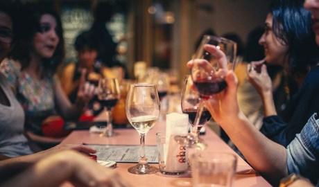 Un grup de persones en un restaurant