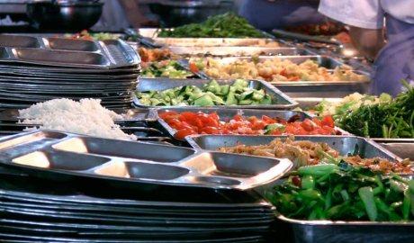 Safates de menjar d'un menjador escolar