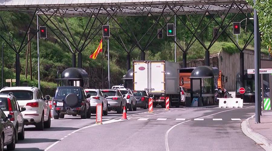 Cua de vehicles per sortir d'Andorra a la frontera del riu Runer