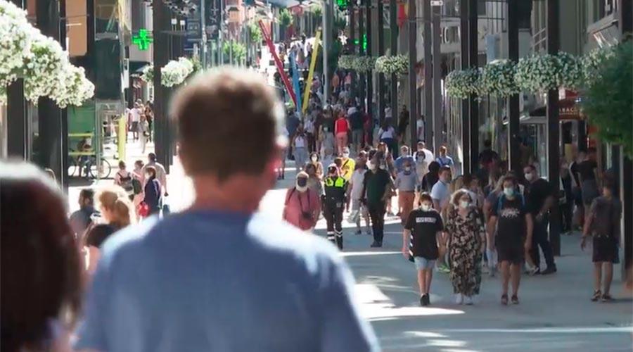 Turistes amb mascareta per les avingudes Meritxell i Carlemany