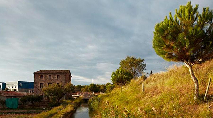 Una masia amb un rec