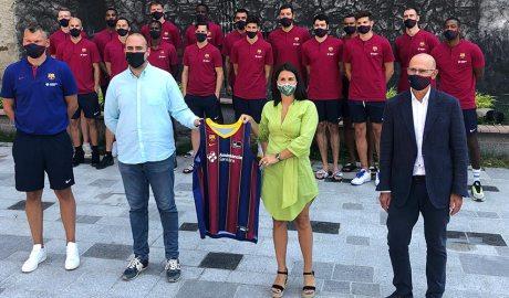 L'equip de bàsquet del FCBarcelona entrega una samarreta als representants del Comú d'Encamp